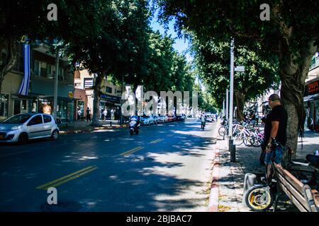 Tel Aviv Israel 28 de abril de 2020 Vista de un pueblo israelí que rodaba en la calle Dizengoff en Tel Aviv por la tarde durante el brote de coronavirus