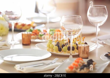 Plato con sabrosos canapés en la mesa servido para el buffet de vacaciones Foto de stock