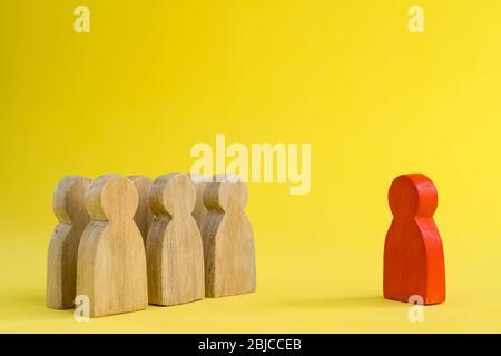 Grupo de figuras de madera Stand en filas y líderes que se encuentran en pie en los conceptos de gestión de recursos humanos Teamwork.Success Liderazgo, progreso de negocios a Foto de stock