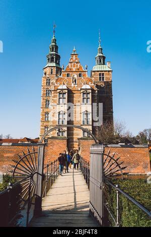 El Castillo Rosenborg en Copenhague, Dinamarca 18 de febrero de 2019 en el día soleado del invierno. Estilo renacentista holandés. Rosenborg es la antigua residencia de