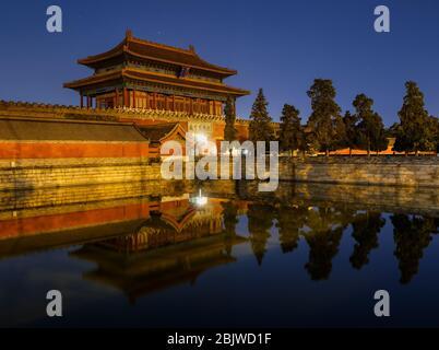 La Puerta de la Divina fuerza, puerta de salida norte del Museo del Palacio de la Ciudad Prohibida, que se refleja en el foso acuático en Beijing, China