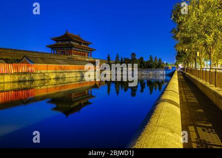 La Puerta de la Divina fuerza, puerta de salida norte del Museo del Palacio de la Ciudad Prohibida, que se refleja en el foso acuático en Beijing, China Foto de stock