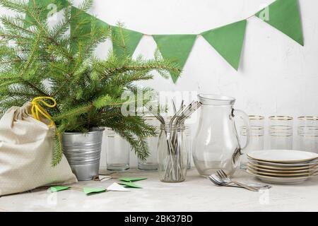 Pajitas reutilizables, cristal para beber y platos banderas de papel, y regalo en bolsa de tela preparada para la fiesta ecológica de Navidad o año Nuevo sin residuos