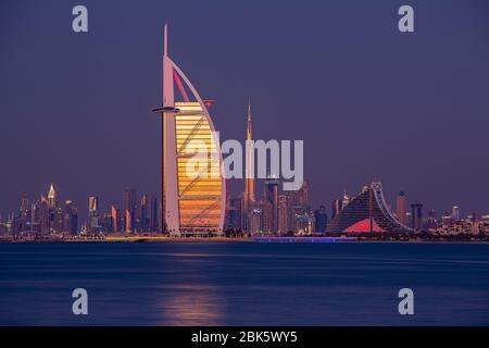 Horizonte de Dubai con Burj al Arab y Burj Khalifa al atardecer, Emiratos Árabes Unidos