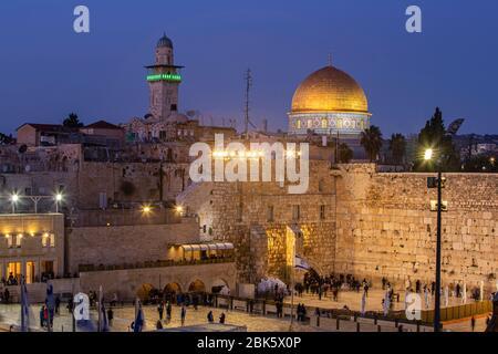 Muro occidental al atardecer en la Ciudad Vieja de Jerusalén, Israel