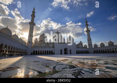 Puesta de sol en la Gran Mezquita Sheikh Zayed en Abu Dhabi, Emiratos Árabes Unidos