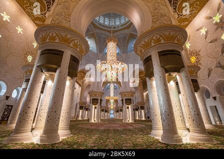 Sala principal de oración de la Gran Mezquita Sheikh Zayed en Abu Dhabi, Emiratos Árabes Unidos