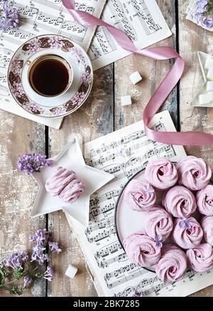 MOSCÚ, RUSIA – 3 DE ABRIL de 2020: Fotografía editorial ilustrativa con viejas hojas de música y Zephyr casero dulce violeta o Marshmallow de grosella negra