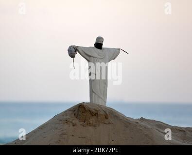 Rio de Janeiro- Brasil, 1 de mayo de 2020 esculturas de arena de Cristo Redentor en las arenas de la playa de Copacabana
