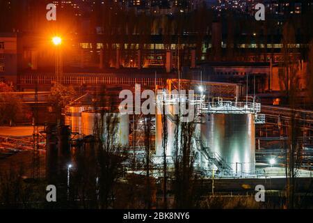 Tanques de almacenamiento en la fábrica de productos químicos por la noche
