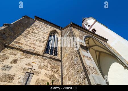 Vista exterior de la iglesia del siglo XV del salón católico Wallfahrtskirche Mariä Heimsuchung en Zell am Pettenfirst, Oberösterreich, Austria