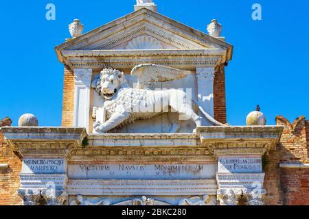 León de piedra de San Marcos por encima de la puerta principal en el Arsenal-un complejo de antiguos astilleros y armories, Venecia, Véneto, Italia