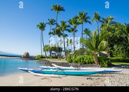 Canoa hawaiana en Kamakahonu Beach Kailua-Kona, Big Island, Hawai