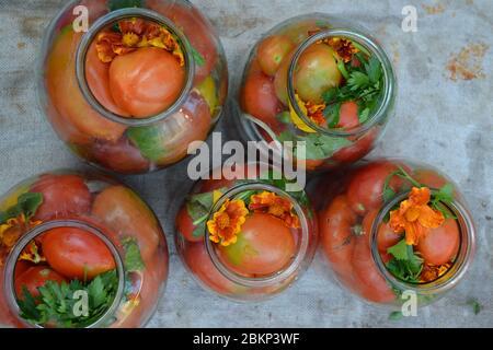 Casero. Espacios en blanco. Tomates rojos y amarillos en tarros. Pimienta. Especias