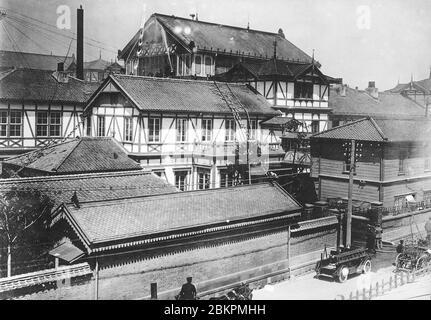 [ 1920 Japón - Cámara de representantes japonesa ] — moderno equipo contra incendios utilizado durante un pequeño incendio en la Cámara de representantes (衆議院, Shugiin) en Tokio. Aprox. 1920. estampado vintage de gelatina de plata del siglo xx.