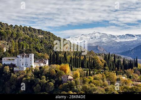 Palacio el Generalife con Sierra Nevada al fondo, visto desde el Mirador de San Nicolás, Granada, España