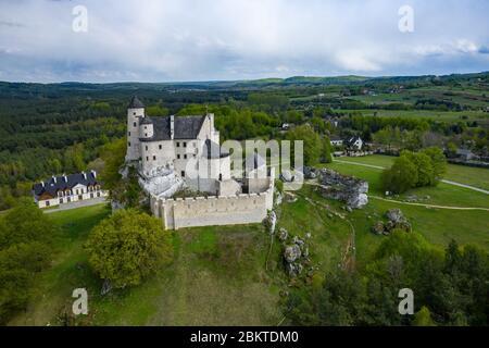 BOBOLICE, POLONIA - 05 DE MAYO de 2020: Vista aérea del Castillo Bobolice, una de las fortalezas más hermosas en el camino de los nidos de las Águilas. Fortaleza medieval en