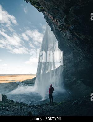 Una de las cascadas más famosas de Islandia llamada Seljalandsfoss está situada en el Círculo Dorado y es fácilmente accesible desde la carretera de circunvalación