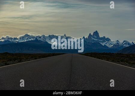 Camino a el Chalten y Fitz Roy en Patagonia Argentina excursión por carretera a las montañas nevadas