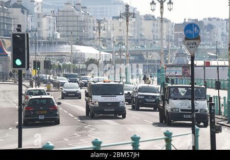 Brighton UK 7 de mayo de 2020 - más tráfico ha comenzado a aparecer a lo largo del paseo marítimo de Brighton que en las últimas semanas durante la crisis pandémica Coronavirus COVID-19 . . Crédito: Simon Dack / Alamy Live News