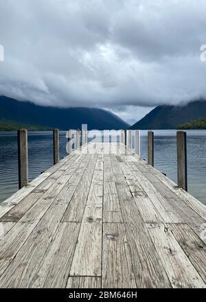 Embarcadero de madera en el lago Rotoiti, St Anaud, Nueva Zelanda