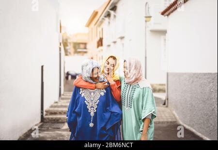 Feliz mujeres musulmanas caminando en el centro de la ciudad - Arabian niñas divirtiéndose gastar tiempo y riendo juntos outdoor