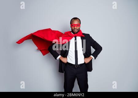 Retrato de su él bonito atractivo serio imponente oso barbudo financiero profesional de la financiación que lleva traje rescatador look ropa guardar