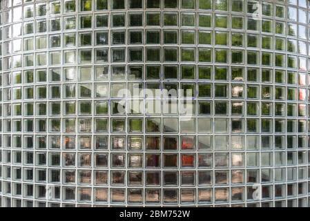Pared de ladrillo de vidrio traslúcido curvado para fondo. Pared exterior de la escalera Foto de stock