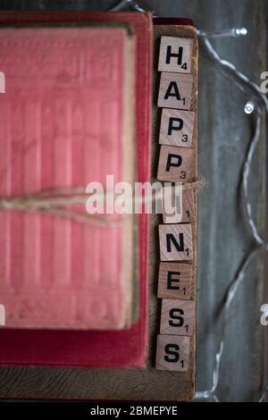 Felicidad en letras de bloque
