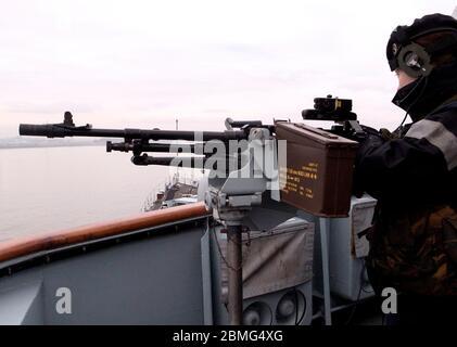 AJAXNETPHOTO. 29 DE FEBRERO DE 2012. LIVERPOOL, INGLATERRA. - HMS LIVERPOOL. PASAJE DE GLASGOW A LIVERPOOL - SAILLOR MANS UNA DE LAS AMETRALLADORAS DE 7.62MM DE PROPÓSITO GENERAL DEL BUQUE DE GUERRA MONTADA EN EL ALA BRIDGE DE DESTRUCTOR TIPO 45 AL ENTRAR EN EL RÍO MERSEY EN LA RUTA A LA TERMINAL DE CRUCEROS. FOTO: JONATHAN EASTLAND/AJAX REF: GR122902_3338 Foto de stock