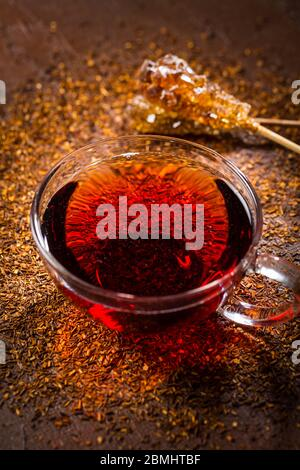 Taza de delicioso té rooibos sobre fondo oscuro