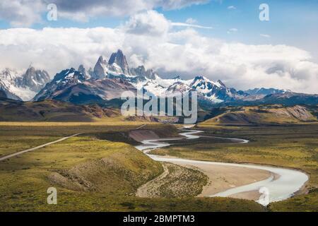 Vista aérea del paisaje de la Patagonia incluyendo el Monte Fitzroy y el Río las vueltas en el Chalten, Argentina, Sudamérica.