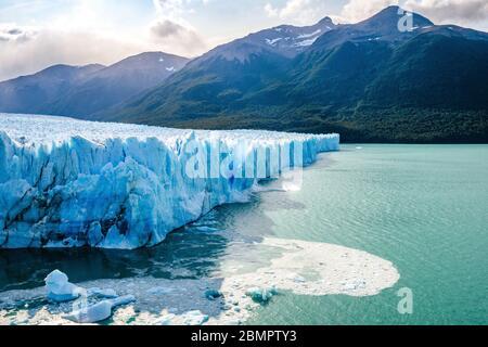 Hielo colapsando en el agua en el Glaciar Perito Moreno en el Parque Nacional los Glaciares cerca de el Calafate, Patagonia Argentina, Sudamérica.