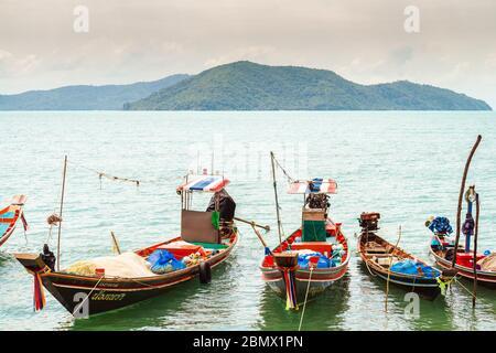 Koh Samui, Tailandia - 2 de enero de 2020: Barcos de pesca de cola larga tailandeses atracados cerca de la playa de Thong Krut en un día