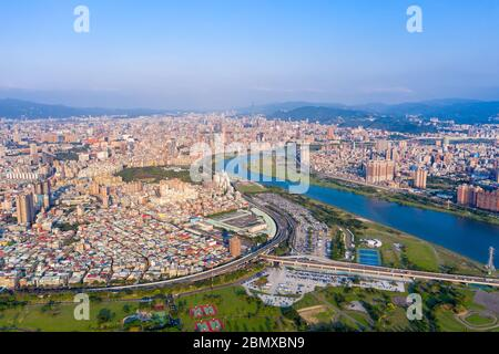 Vista aérea de la ciudad de Taipei - imagen del concepto de negocios de Asia, paisaje urbano moderno panorámico, vista de pájaro bajo el cielo azul y diurno, grabado en Taipei,
