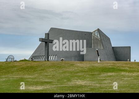 Blönduóskirkja / Iglesia de Blonduos en el norte de Islandia es un ejemplo de arquitectura moderna con hormigón