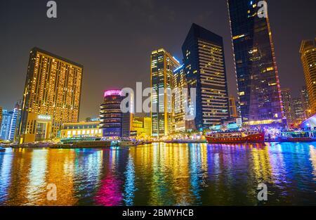 DUBAI, EAU - 2 DE MARZO de 2020: Disfrute de la colorida iluminación de rascacielos de cristal, edificios de Address Dubai Marina, Pier 7 y Marina Mall,