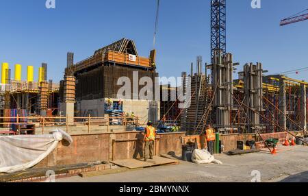 SEATTLE, WASHINGTON STATE, USA - JUNIO 2018: Las cooperativas de construcción trabajan en el sitio de un nuevo desarrollo importante en el centro de la ciudad de Seattle.