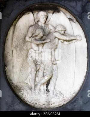 Bajo relieve de dos figuras incisas en una tumba en el cementerio de Brompton, Kensington, Londres; uno de los cementerios de Londres 'Magnificent Seven', construido en 1840