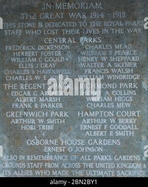 Placa que Marca a los empleados de Royal Parks que cayeron en la Gran Guerra, en la pared de la columnata en el cementerio Brompton, Kensington, Londres, construido en 1840.
