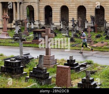 Jogger en el cementerio de Brompton, Old Brompton Road, Kensington, Londres; uno de los siete magníficos cementerios