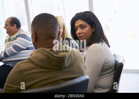 Personas hablando de negocios en la sala reunión