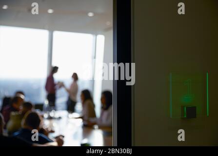 La gente de negocios en la sala reunión