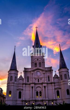 Sunset San Luis Basílica Catedral más antigua fachada Catedral Estados Unidos Nuevo Oreleans Louisiana. Construido 1718 Louis Rey de Francia más tarde Sain