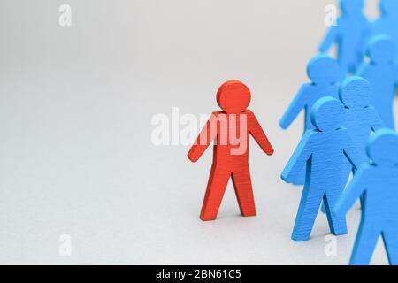 Líder del equipo. FC. La elección correcta del personal. Hombres azules y líder rojo. Foto de stock