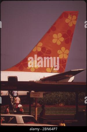 Aloha Airlines en una de las dos principales aerolíneas que conectan las islas, octubre de 1973 por los Archivos nacionales de los Estados Unidos