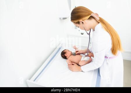 concepto de medicina, atención médica y pediatría: pediatra o neuropática femenina, médico o enfermera que consulta a los pacientes bebés en una clínica u hospital.