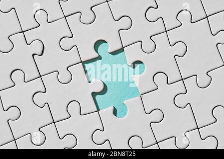 Fondo de rompecabezas blanco con pieza que falta. Vista superior