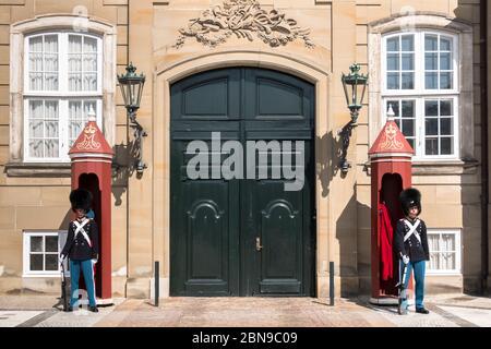 Copenhague, Dinamarca - 22 de agosto de 2019: Guardias reales en Amalienborg, Palacio, la residencia en Copenhague de la reina de Dinamarca