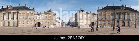 Copenhague, Dinamarca - 22 de agosto de 2019: Panorámica de los palacios de Amalienborg con gente paseando por la plaza en el centro de Copenhague